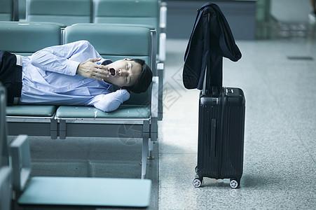 商务男士在机场候机厅睡着了图片