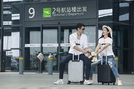 男女情侣在机场准备出发图片