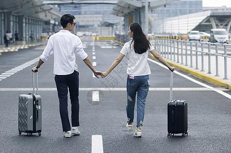 男女情侣准备旅行出发图片