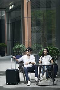 男女情侣在旅行中坐在一起嬉戏图片