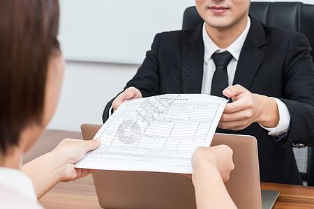 递交简历应聘的求职者图片