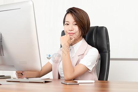 在办公室忙碌的企业白领图片