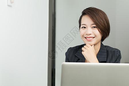 办公室里自信的女主管图片