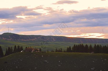 新疆特克斯草原日落木屋图片
