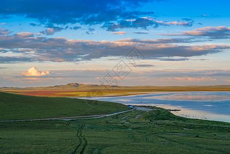 草原湖泊图片