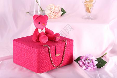 熊和箱子图片