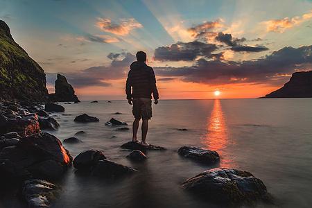 夕阳海滩上的男人背影图片