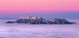 高山上的云海夕阳图片