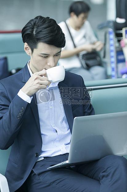 商务男士在机场休息区工作图片