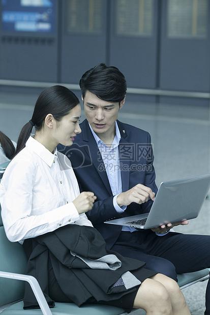 商务男士商务女士在机场休息区办公图片