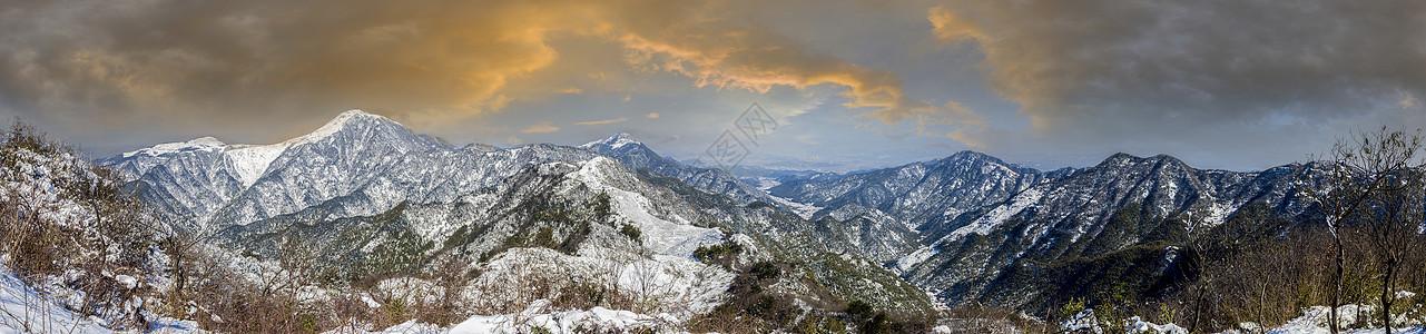 冬天白雪覆盖的山峰全景图片