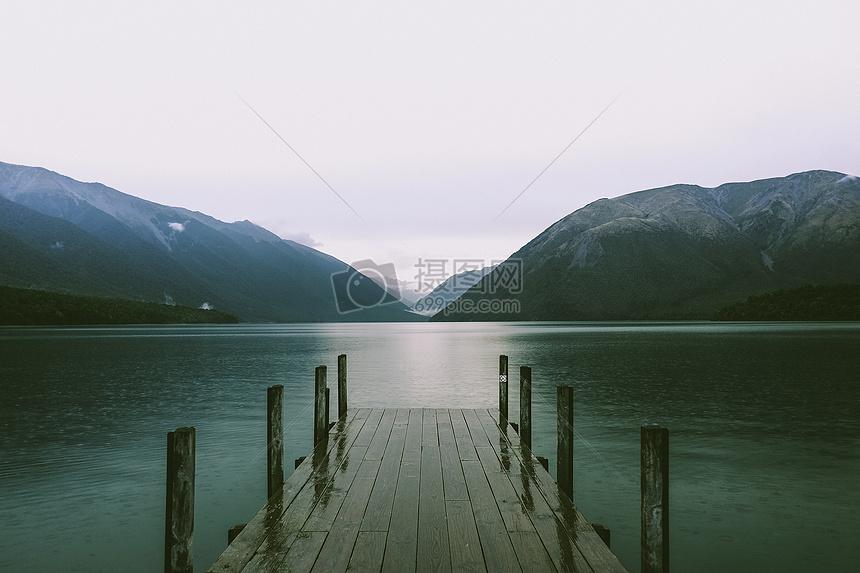 宁静沉寂荒凉的山脉与湖泊图片