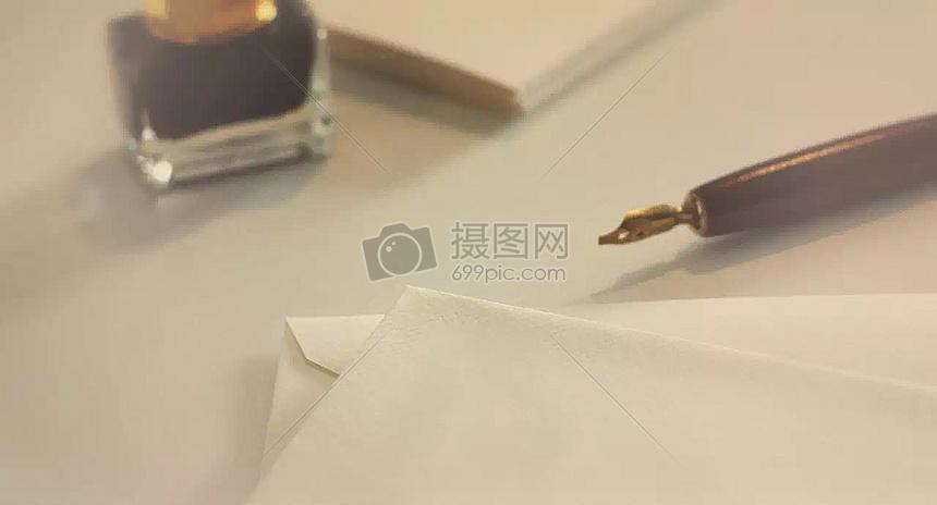 信纸和钢笔图片