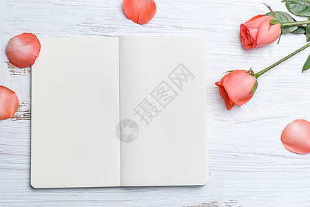 温馨浪漫玫瑰花与空白本子图片
