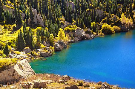 新疆独库公路大小龙池湖泊秋色图片
