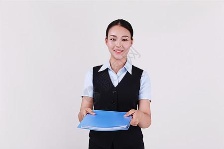 递文件夹的职业女性秘书图片
