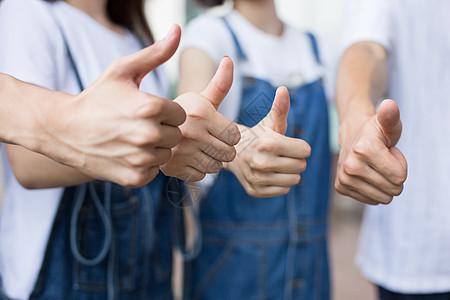 年轻创业团队相互鼓励竖起大拇指图片