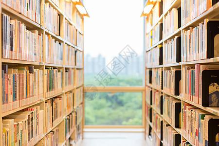 图书馆书架上排列整齐的书图片