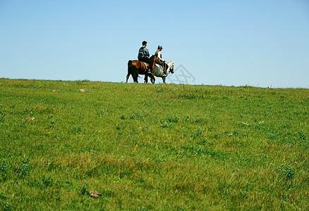 草原骑行图片