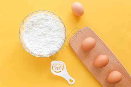 鸡蛋面粉黄色背景静物图片