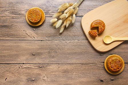 中秋传统美味美食月饼复古木纹底背景图片
