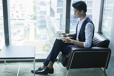 商务楼里商务男士在休闲办公图片