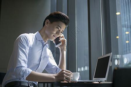 咖啡店里商务男士在休闲办公图片