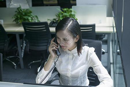 办公室里商务女士在接电话图片