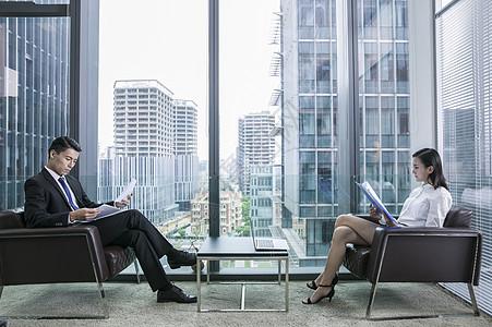 商务大厦里商务人士在办公图片