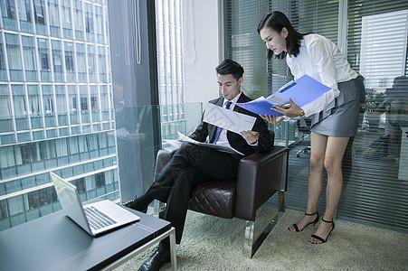 办公室里女秘书给上级汇报工作图片