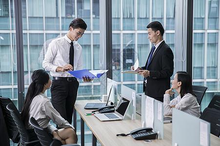 办公室内整个团队在合作分工努力工作图片