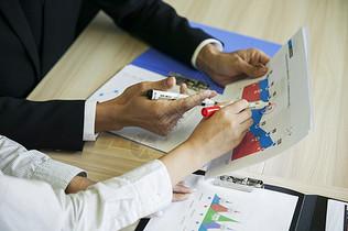 公司里大家合作分析数据图片