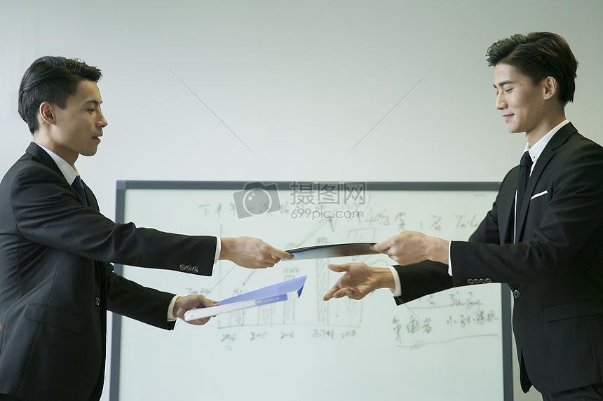 会议室内双方互换合同达到合作