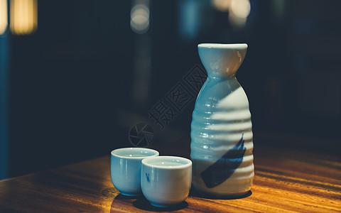 酒壶酒杯摆放图片