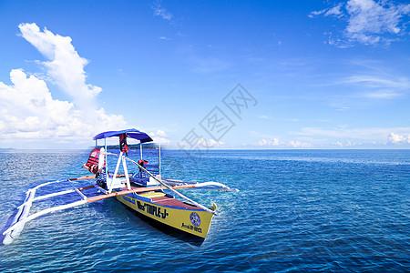 在海洋里的船图片