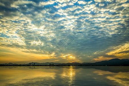 夕阳余晖下的钱塘江风光图片
