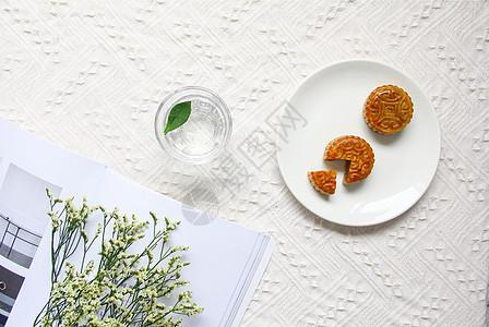 ins风白底中秋节美食美味月饼图片