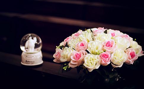 水晶球礼物与玫瑰花图片