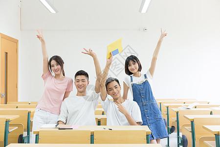 在教室里学习的同学图片
