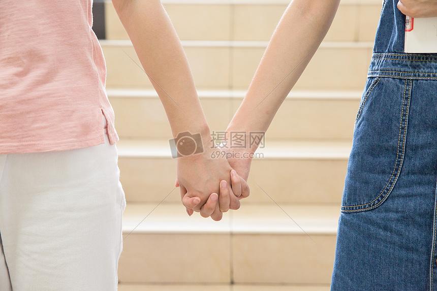 手牵手的闺蜜