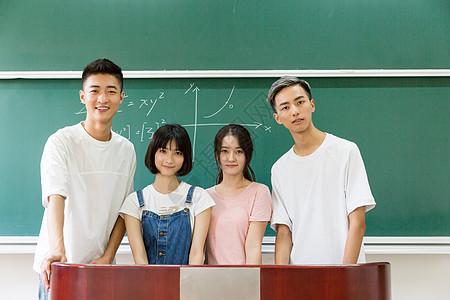 站在黑板前合影的大学同学图片
