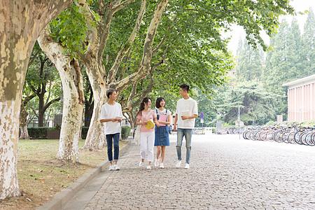 校园里边走边讨论聊天的同学图片