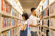 一起在图书馆看书的男生女生图片