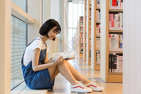在图书馆里看书的女生图片