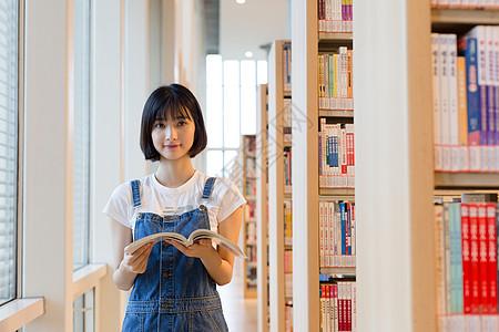 图书馆里站着看书的女生图片