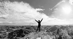 成功登上山顶人图片
