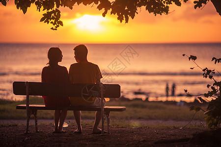 情人节情人在夕阳下甜蜜约会图片