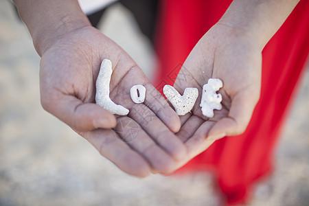 情人节情侣手上放着love表达爱情图片