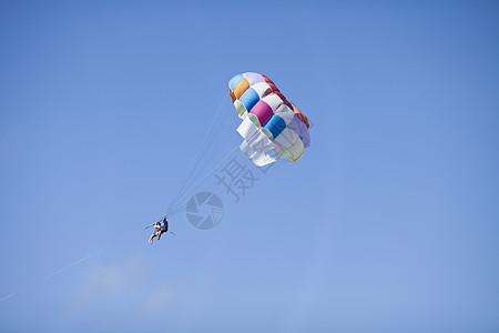 蓝天中人们在玩极限运动跳伞图片