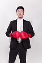 商务人士戴拳击手套图片